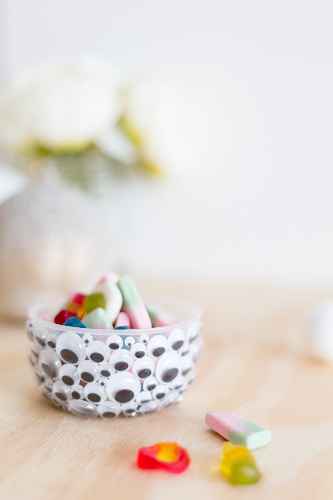 DIY Halloween Googly Eye Bowls | @fallfordiy