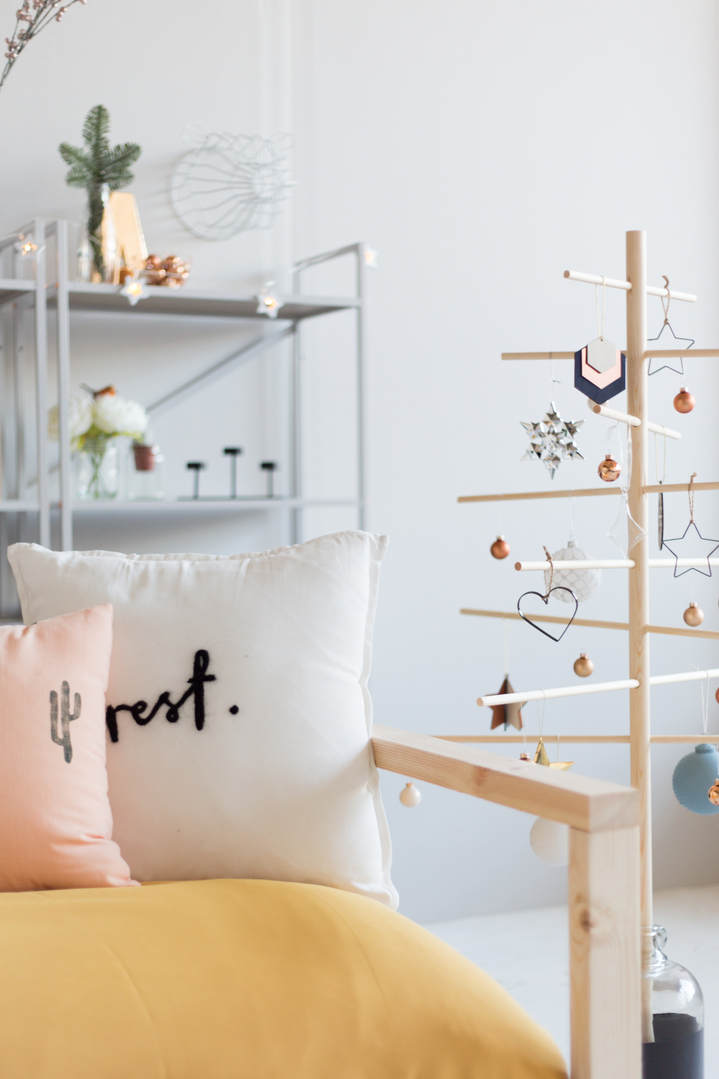 diy-minimalist-wooden-christmas-tree-fallfordiy-22