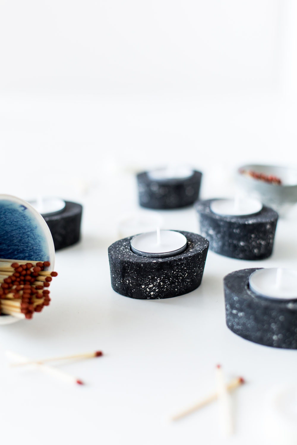DIY Black Speckled Concrete Tea Light Candle Holders | @fallfordiy