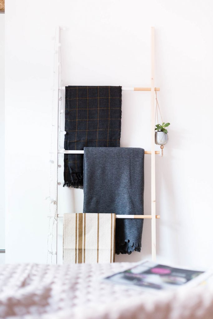 DIY Half Painted Blanket Ladder | @fallfordiy